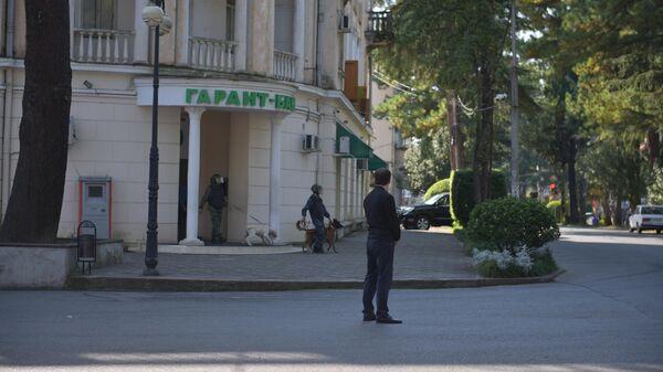 Гарант-Банк в Сухуме окружили сотрудники правоохранительных органов - Sputnik Абхазия