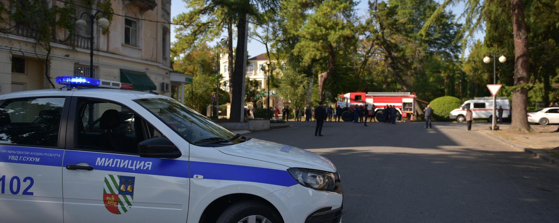 Гарант-Банк в Сухуме окружили сотрудники правоохранительных органов - Sputnik Аҧсны, 1920, 13.10.2021