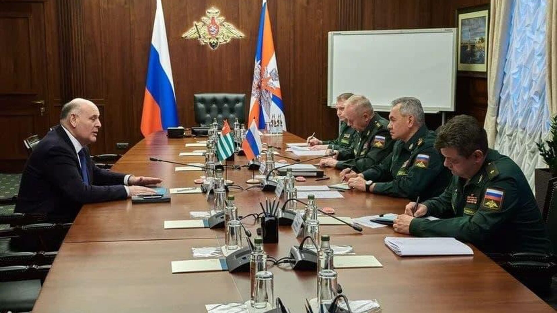 Аслан Бжания провел переговоры с министром обороны России Сергеем Шойгу - Sputnik Абхазия, 1920, 13.10.2021