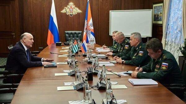 Аслан Бжания провел переговоры с министром обороны России Сергеем Шойгу - Sputnik Абхазия
