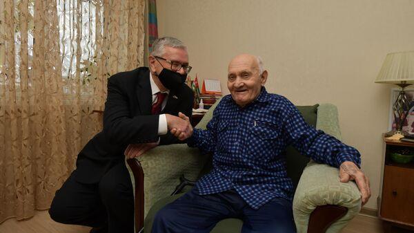 Посол РФ в Абхазии Алексей Двинянин вручил ветеранам ВОВ подарки - Sputnik Абхазия