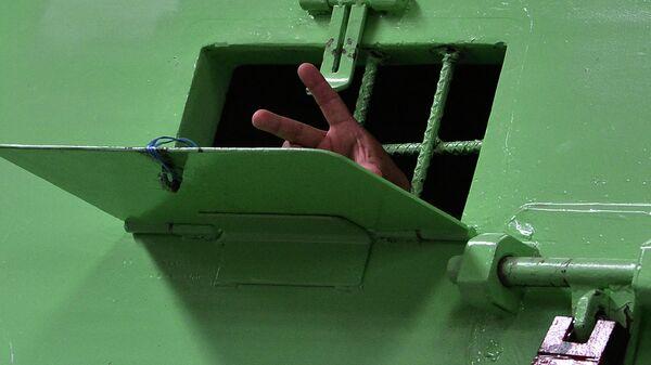 Заключенный мигает табличкой Победа из камеры в Ла-Хаула, блок строгого режима в Национальной тюрьме Тамара, в Тамаре, департамент Франсиско Морасан, к северу от Тегусигальпы - Sputnik Абхазия