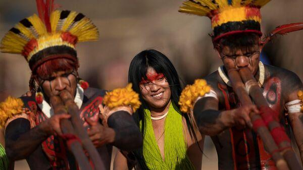 Люди племен Явалапити, Калапало и Мехинако играют на бамбуковых флейтах уруа во время похоронного ритуала Куаруп в память о вожде в парке коренных народов Шингу в Бразилии. - Sputnik Абхазия
