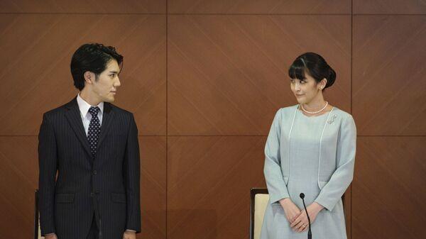 Бывшая принцесса Мако с мужем Кэй Комуро на пресс-конференции после свадьбы в Токио  - Sputnik Абхазия