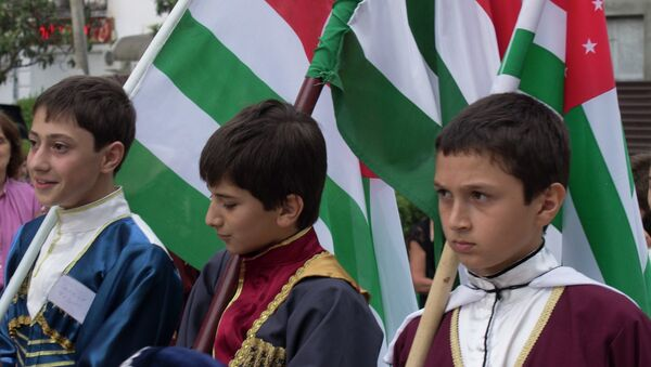 Молодые люди в национальных костюмах - Sputnik Абхазия