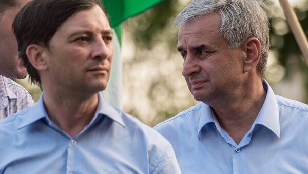Президент РА Рауль Хаджимба (справа) и вице-президент РА Виталий Габния. Архивное фото. - Sputnik Абхазия