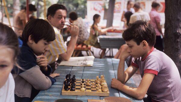 Дети за игрой в шахматы, архивное фото - Sputnik Абхазия
