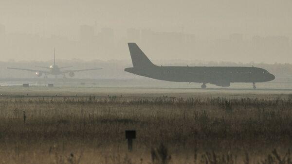 Самолеты на перроне аэропорта. Архивное фото. - Sputnik Абхазия