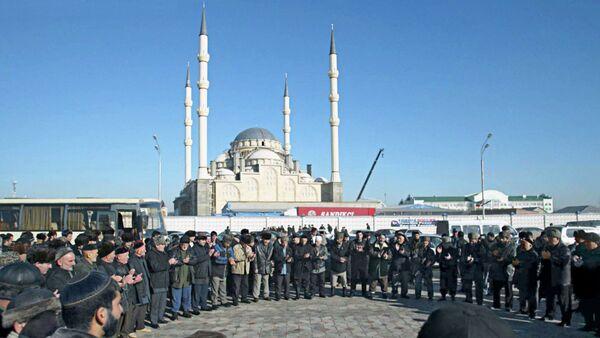 Жители Чечни у мечети. Архивное фото. - Sputnik Абхазия