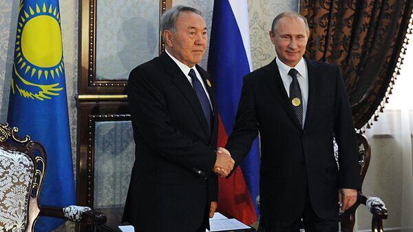 резидент России Владимир Путин (справа) и президент Казахстана Нурсултан Назарбаев. Архивное фото. - Sputnik Абхазия