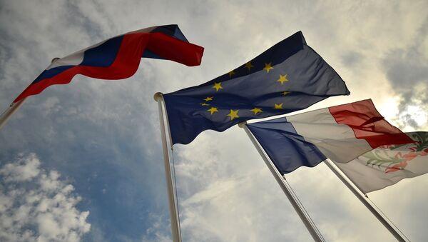Флаги России, ЕС, Франции и герб Ниццы на набережной Ниццы - Sputnik Абхазия