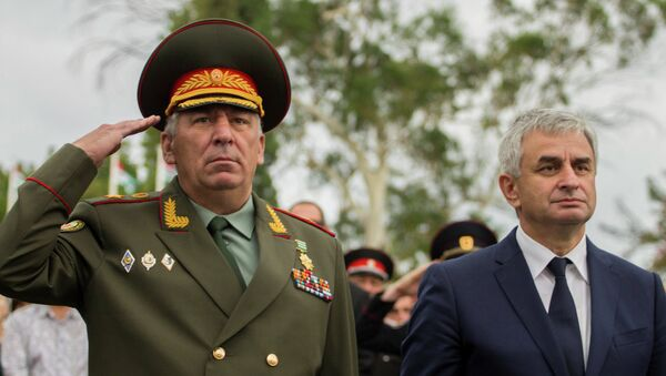 Министр обороны Кишмария и президент Хаджимба. Архивное фото. - Sputnik Абхазия