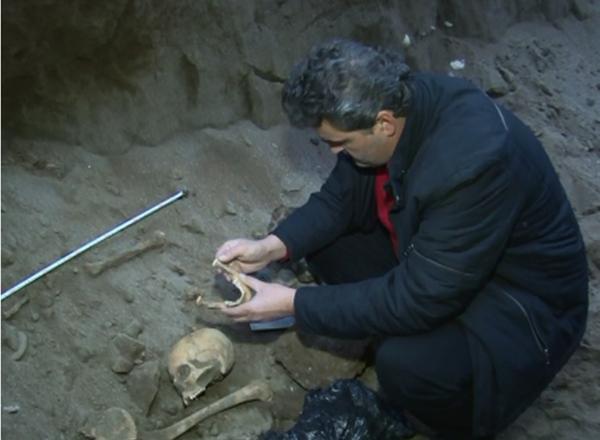 Антрополог  Давид Канделаки на месте находки. - Sputnik Абхазия