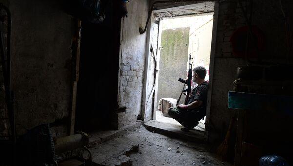 Ополченец в подвале жилого дома во время артиллерийского обстрела города украинской армией.Архивное фото. - Sputnik Абхазия