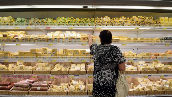 Женщина у прилавка с сырами. Архивное фото. - Sputnik Абхазия