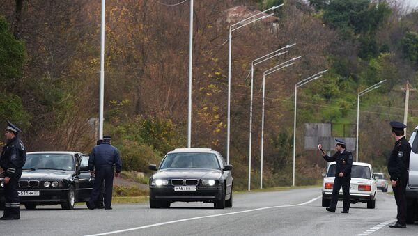 Сотрудники милиции на посту ГАИ в Верхней Эшере - Sputnik Абхазия