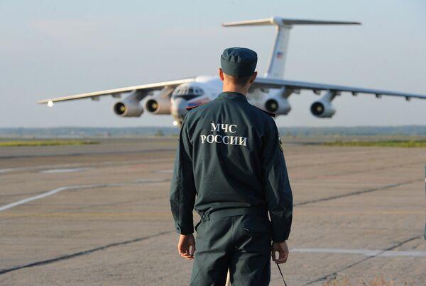 Сотрудник МЧС в аэропорту. Архивное фото. - Sputnik Абхазия