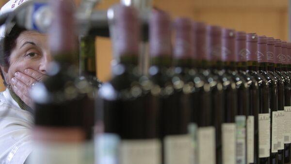 В цехе розлива на ООО Воды и вина Абхазии. Архивное фото. - Sputnik Абхазия