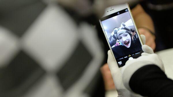 Покупатель знакомится с функциями новых смартфонов Apple iPhone 6 и iPhone 6 plus. Архивное фото. - Sputnik Абхазия