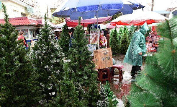 Продажа елок на центральном рынке. - Sputnik Абхазия