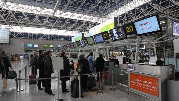 Пассажиры у стойки регистрации. Архивное фото. - Sputnik Абхазия