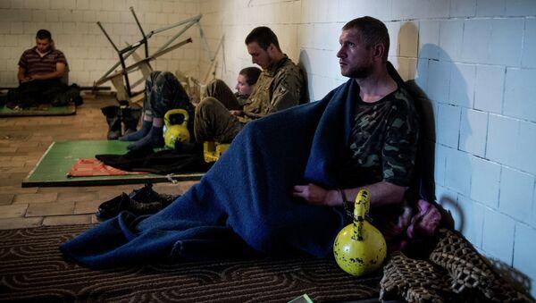Пленные военнослужащие украинской армии в штабе ополчения в Луганске - Sputnik Абхазия