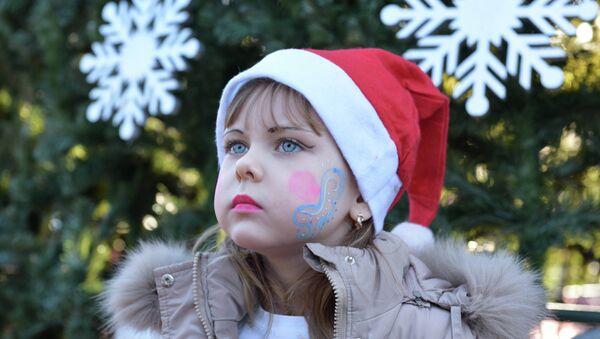 Самых маленьких жителей Абхазии поздравили дед Мороз и Снегурочка - Sputnik Абхазия