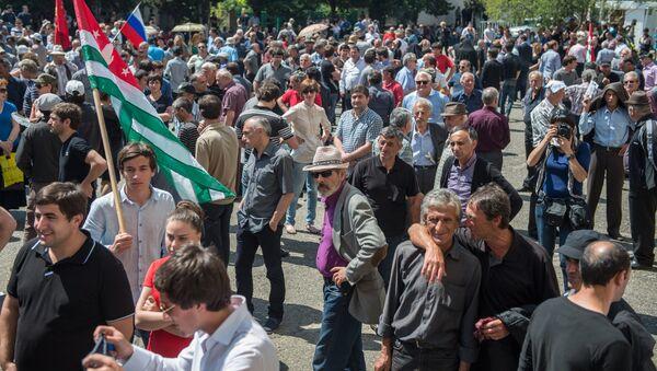 Сторонники оппозиции около здания администрации президента Абхазии. Архивное фото. - Sputnik Абхазия