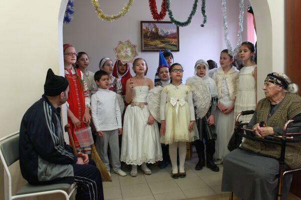 Волонтеры Сухуме поздравили подопечных дома престарелых. Фото с места события. - Sputnik Абхазия
