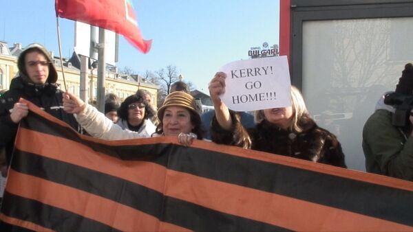 СПУТНИК_Антиамериканские лозунги и георгиевские ленты – как в Софии встретили Керри - Sputnik Абхазия