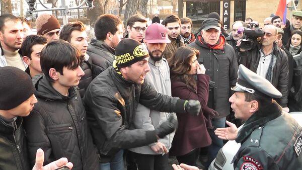 Жители Гюмри препирались с полицией на акции протеста у генконсульства РФ - Sputnik Абхазия