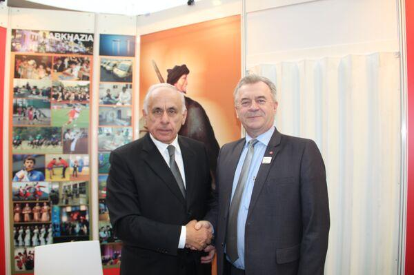Президент ТПП Абхазии Геннадий Гагулия и министр сельского хозяйства Швейии Свен-Эрик Бухт - Sputnik Абхазия