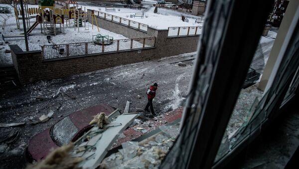 Мужчина на улице в центре Донецка. - Sputnik Абхазия