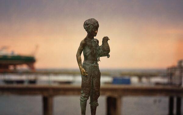 Скульптура Чик с курицей в руках - Sputnik Абхазия