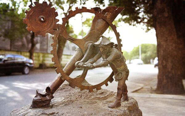 Скульптура Гнома с Деньгоделателькой - Sputnik Абхазия