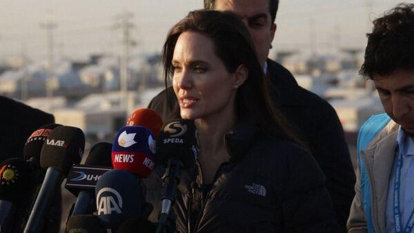 Джоли посетила лагерь беженцев в Ираке и обратилась к мировому сообществу - Sputnik Абхазия