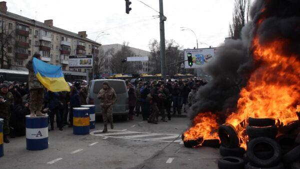 Бойцы Айдара сожгли гору покрышек у ворот Минобороны в Киеве - Sputnik Абхазия