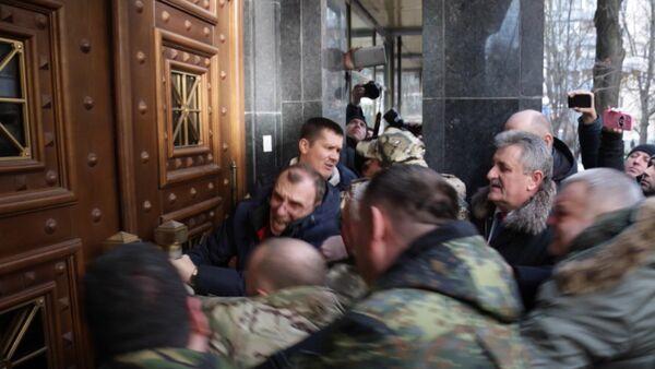 Митингующие ломали двери в здании Генпрокуратуры Украины в Киеве - Sputnik Абхазия
