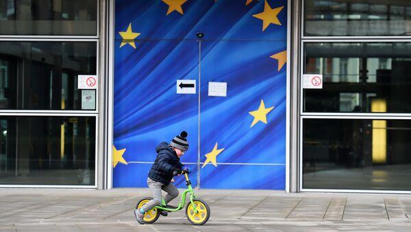 Ребенок катается на велосипеде на фоне символики ЕС. Архивное фото. - Sputnik Абхазия