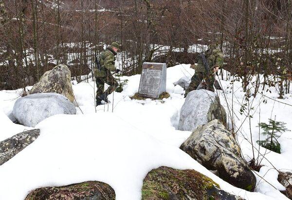 Расчистка памятника погибшим в ВОВ - Sputnik Абхазия