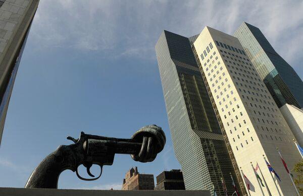 Пятиметровый бронзовый револьвер с завязанным в узел дулом у задния ООН в НЬю-Йорке - Sputnik Абхазия