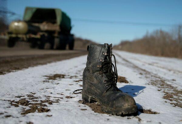 Военный ботинок на дороге возле Дебальцево - Sputnik Абхазия