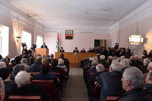 Хаджимба на встрече с общественностью Ткуарчала. Фото с места события. - Sputnik Абхазия