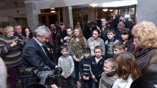 Рауль Хаджимба с детьми из ДНР - Sputnik Аҧсны