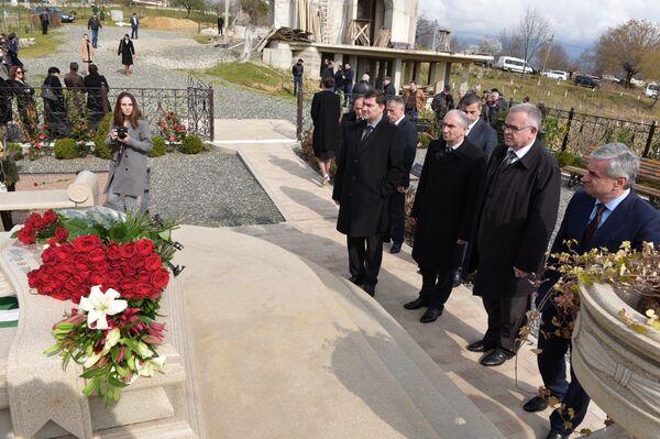 Возложение к мемориалу С.В. Багапш. Фото с места события. - Sputnik Абхазия
