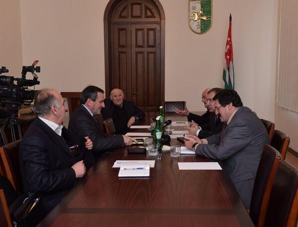 Заседание комиссии по учебнику Апсуара. Фото с места события. - Sputnik Абхазия