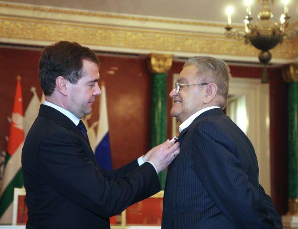 Президент России Дмитрий Медведев вручил орден писателю абхазского происхождения Фазилю Искандеру - Sputnik Абхазия