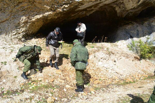 Пограничники передали 54 орудия из кремня департаменту Абхазии - Sputnik Абхазия
