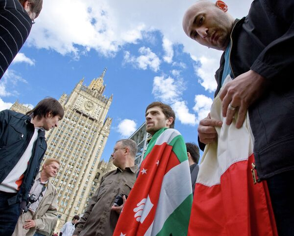 Митинг против военных действий в Южной Осетии проходит у здания МИД РФ - Sputnik Абхазия