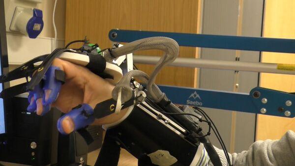 Британские ученые показали робоперчатку для перенесших инсульт пациентов - Sputnik Абхазия